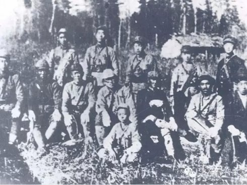 Ким Ир Сен четвёртый слева в первом ряду в пратизанском отряде. Маньчжурия, 1930-е гг.|Фото: blog.sina.com.cn/s/blog_55dde65f0102vppw.html