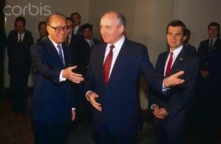"""""""Китайский Горбачёв"""" и собственно Горбачёв Фото: www.standoffattiananmen.com"""