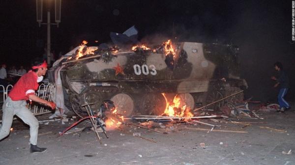 Протестующие на площади Тяньаньмэнь сожгли несколько единиц бронетехники Фото: cnn.com