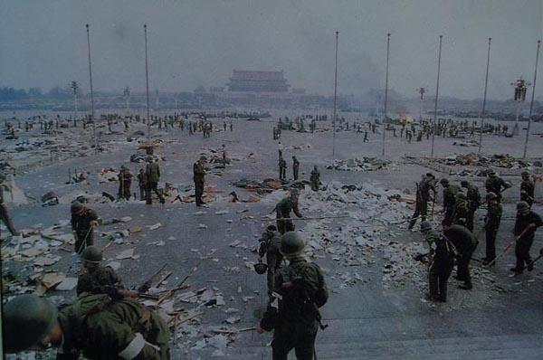 Китайские солдаты на Тяньаньмэнь. Площадь покрыта мусором, но трупов и крови нет|Фото: China Today