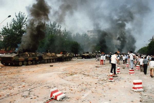 Сожжённая бронетехника близ площади Тяньаньмэнь Фото: www.flickr.com/