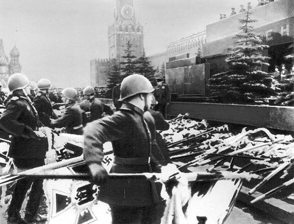 мавзолей 1945 флаг штандарт|Фото: opentown.ru