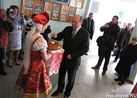 губернатор Свердловской области Александр Мишарин выборы голосование избирательный участок хлеб-соль встреча|Фото: Накануне.RU