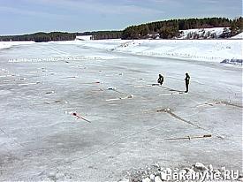Закладка тротила для подрыва льда на реке|Фото: Накануне.RU
