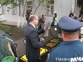 губернатор Мишарин знакомится со спецназом МЧС|Фото:Накануне.RU