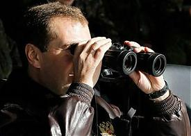 дмитрий медведев смотрит в бинокль Фото: kremlin.ru
