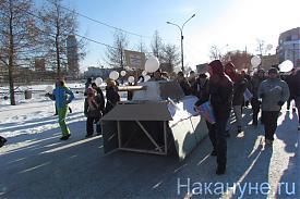 картонный танк екатеринбург шествие 04.02.2012 Фото: Накануне.RU