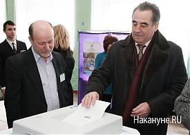 Богомоловы голосуют избирательный участок  Фото: Накануне.RU