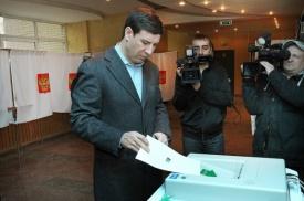Михаил Юревич выбирает президента|Фото:gubernator74.ru