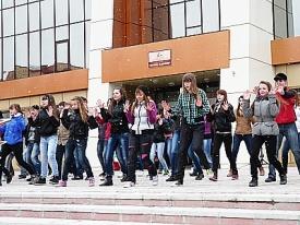 танцевальный флеш-моб мегион подростки танец|Фото: admmegion.ru