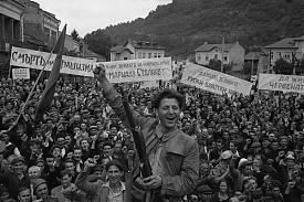 Болгария, сентябрь 1944 года. Жители Болгарского городка празднуют освобождение от гитлеровцев.|Фото: waralbum.ru