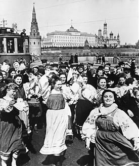 Москва, 1945 год. Празднование Победы на Большом Каменном мосту у московского Кремля фото ВОВ 9 мая|Фото: waralbum.ru