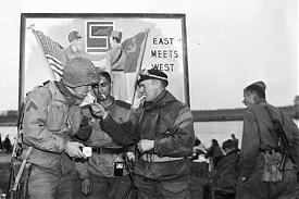 апрель 1945 встреча американской и советской девизий на Эльбе. фото ВОВ 9 мая|Фото: pictures-of-war.livejournal.com