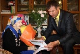 глава нефтеюганска виталий бурчевский бабушка ветеран вов поздравление Фото: www.admugansk.ru