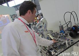 Иннопром 2012 робот festo Фото: Накануне.RU