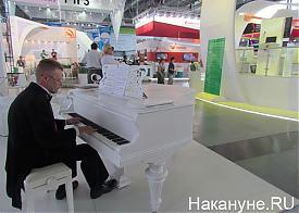 Иннопром 2012 пианист Фото: Накануне.RU