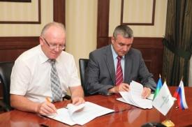 Директор ХК Югра Борис Новорусов президент ХМБ дмитрий Мизгулин подписание соглашения|Фото: khmb.ru