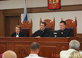 Судья Денис Меледин (в центре) суд над Леонидом Хабаровым |Фото: Накануне.RU