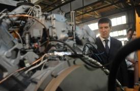 Михаил Юревич на заводе бульдозеров|Фото:gubernator74.ru