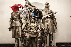 Pussy Riot осквернение памятника |Фото: ic.pics.livejournal.com