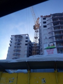 кран висит на здании нижневартовск Фото: twitter.com/DorofeevEN