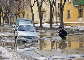 Озерск яма лужа машина провалилась Фото: ozersk74.ru