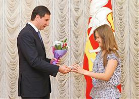 Юревич вручает паспорт|Фото: gubernator74.ru