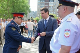 Юревич влючает ключи полисменам|Фото:gubernator74.ru