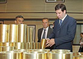 Юревич на заводе цветного литья|Фото: gubernator74.ru