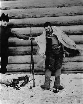 Американский интервент позирует возле трупа убитого большевика|Фото: telegrafua.com