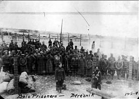 Американцы и шотландцы охраняют пленных красноармейцев в Березнике|Фото: telegrafua.com