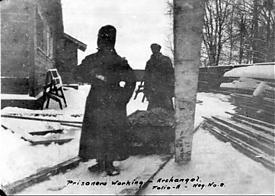Заключенный красноармеец на работе, Архангельск, 1919 год|Фото: telegrafua.com