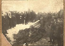 Томичи переносят тела расстрелянных участников антиколчаковского восстания|Фото: telegrafua.com