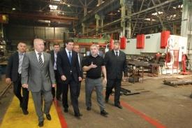 Юревич на заводе прицепов Фото:gubernator74.ru