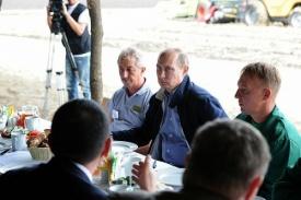 путин, комбайнеры, борщ Фото: kremlin.ru
