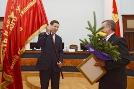 Юревич знамя вручение|Фото: gubernator74.ru