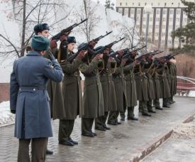 солдаты, памятник, оружейный залп|Фото:пресс-служба Сибнефтепровод
