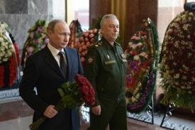 Путин на прощании с Калашниковым|Фото:кремль