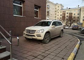 "Новиков, ""Мереседес"", парковка, тротуар|Фото: твиттер Сохович-Канаровского"