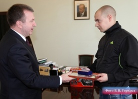 Михаил Бородин - награждение Максима Волкова|Фото: Валерий Горелых