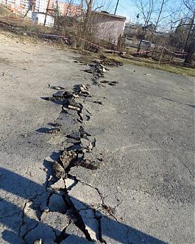 трещина в асфальте Североуральск Фото: Алёна Скорик