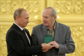 Путин медаль ветеран Трактора Фото: пресс-служба президента РФ