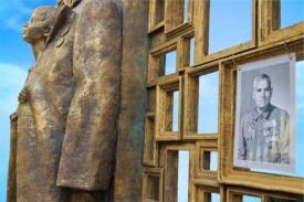 памятник С чего начинается Родина|Фото: Екатеринбургский  художественный фонд