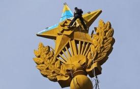 звезда, украинский флаг, вандализм, москва|Фото: иатр-тасс