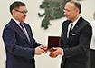 Владимир Якушев вручает орден