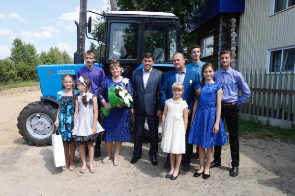 Евгений Куйвашев подарил многодетной семье трактор|Фото: ДИП губернатора Свердловской области