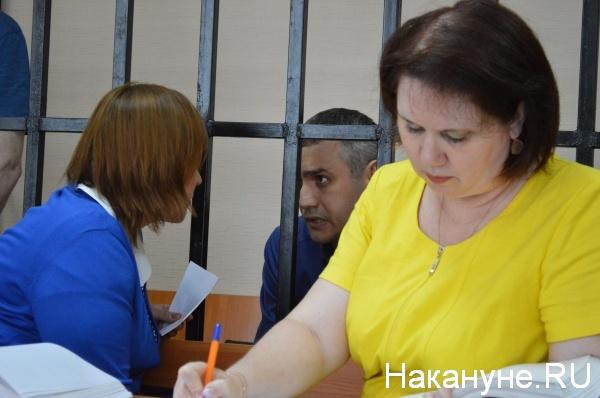 Максим Шевелев общается со своим адвокатом Фото:Накануне.RU