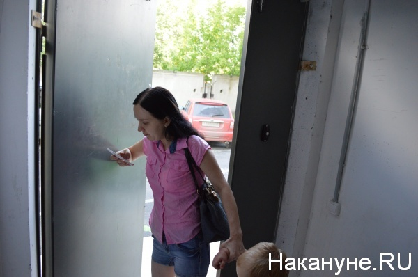 жители придерживают дверь Фото:Накануне.RU