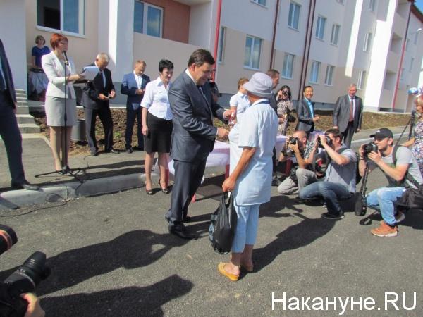 Куйвашев, вручение ключей от квартир, Североуральск|Фото: Накануне.RU