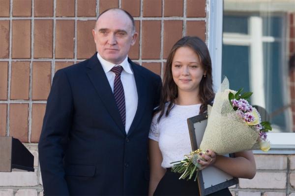 Борис Дубровский, школьница Оксана Юлдашева,|Фото: пресс-служба губернатора Челябинской области